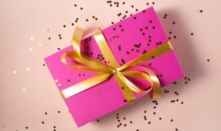 Dárky mohou mít formu růžové krabice se stuhou.