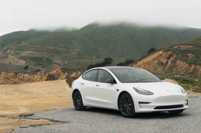 Elektromobil v podobě bílého vozu značky Tesla.