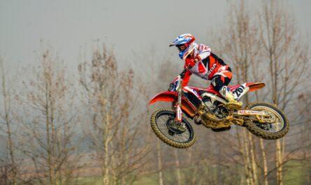 Motokros v podání skákajícího jezdce.