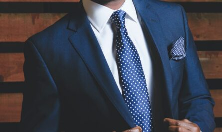 Pánský oblek modré barvy s kravatou