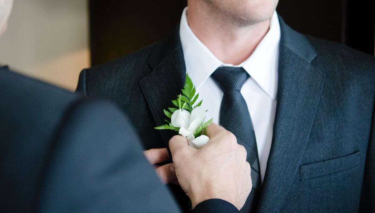 Svatební oblek v modré barvě.