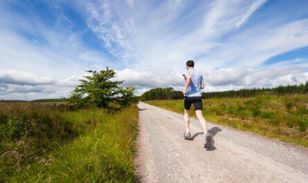 Mladý muž, který se věnuje běhání.