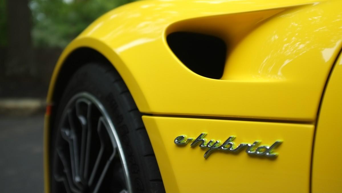Hybridní pohony instalované do sportovního žlutého vozu,.